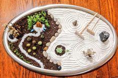 Jardín zen con tierra, plantas y arena